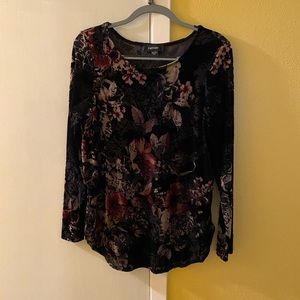 Gorgeous top in black floral. Size M